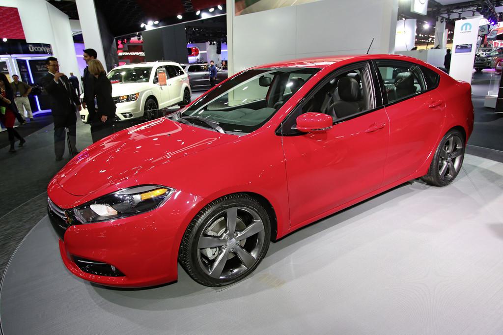 Der Dodge Dart in rot bei einer Auto-Veranstaltung