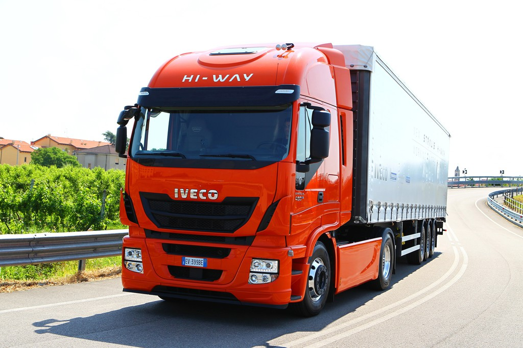 Iveco Stralis Hi-Way in rot Fahraufnahme