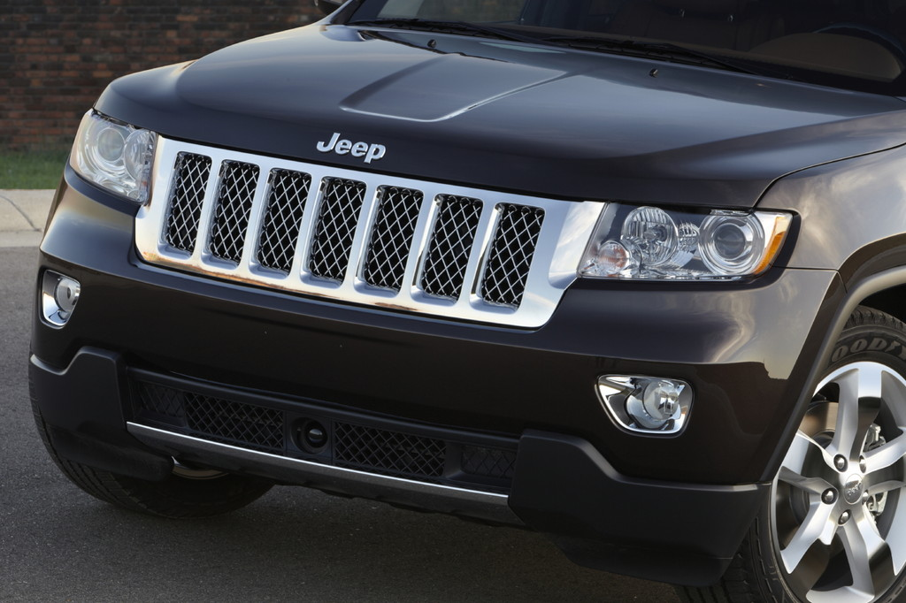 Der Kühlergrill und die Scheinwerfer des Jeep Grand Cherokee Overland Summit