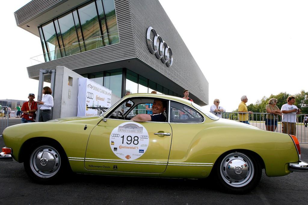 Bernhard Kadow am Steuer des Karmann Ghia Typ 14 bei der Einfahrt in die neue Audi Driving Experience.