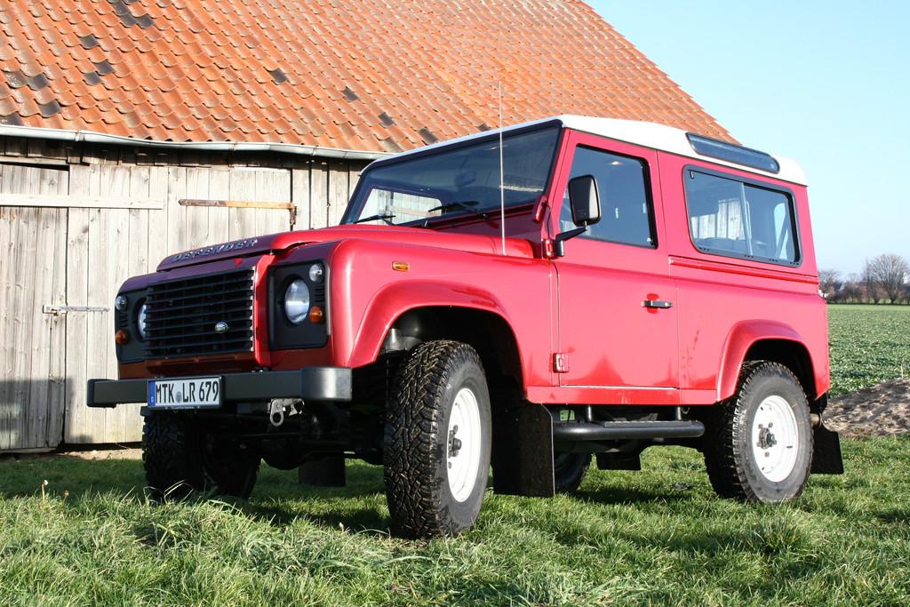 Roter Land Rover Geländewagen Defender 90 Station Wagon