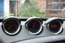 Die drei Anzeigen für Öl, Batteriespannung und die Anzeige für die Ukrzeit im Nissan 370 Z Roadster