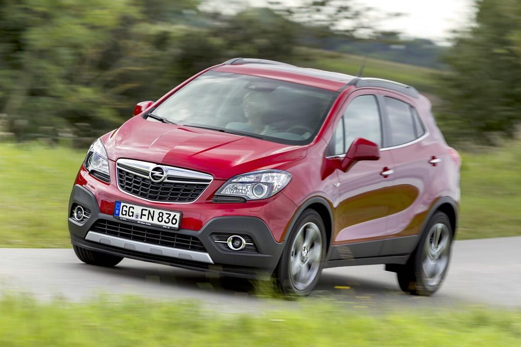 Fahraufnahme von einem roten Opel Mokka