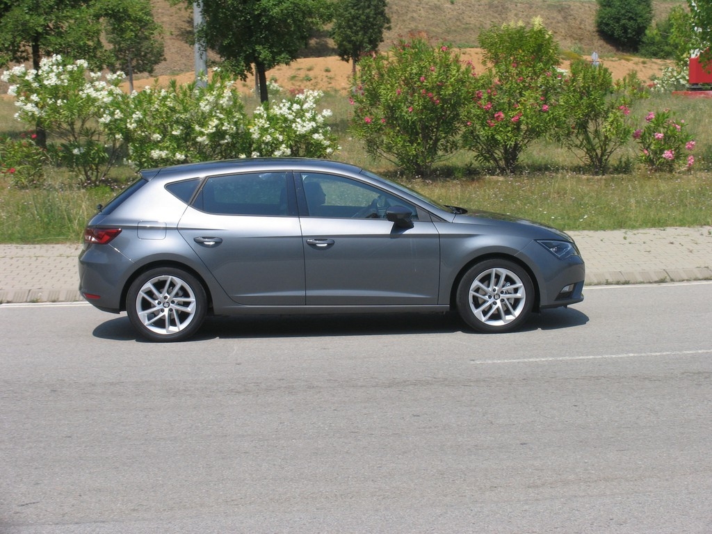 Grauer Seat Leon 1.4 TGI in der Seitenansicht