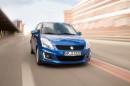 Blauer Suzuki Swift Comfort Eco plus in der Frontansicht bei der Fahrt