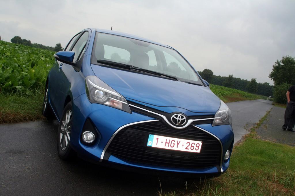 Blauer Toyota Yaris mit verändertes Frontdesign