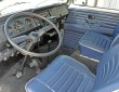 Das Cockpit des VW Bulli Busses mit blauen Sitzen