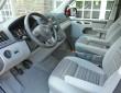 Das Cockpit des VW California mit zweifarbigen Sitzen