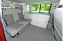 Der Innenraum des VW California mit Sitzbank für drei Personen