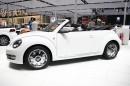 weißer VW Beetle Cabriolet Karmann wird auf einer Messe vorgestellt