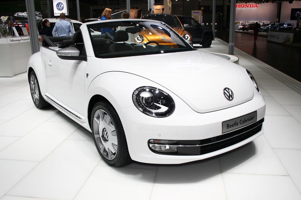 VW Beetle Cabriolet Karmann in weiß auf einer Automesse