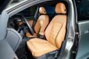Die Vordersitze des Volkswagen Golf Edition in orange