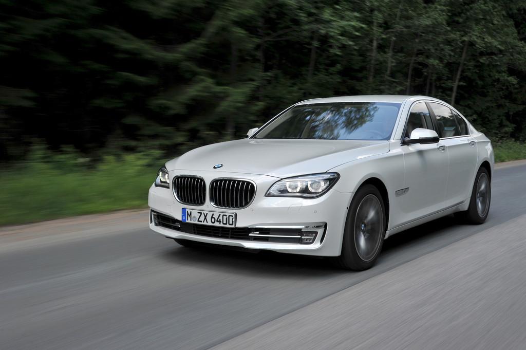 Weißer 7er BMW der aktuellen Generation