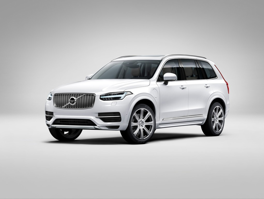 Volvo XC90 in weiß Metallic in der Frontansicht