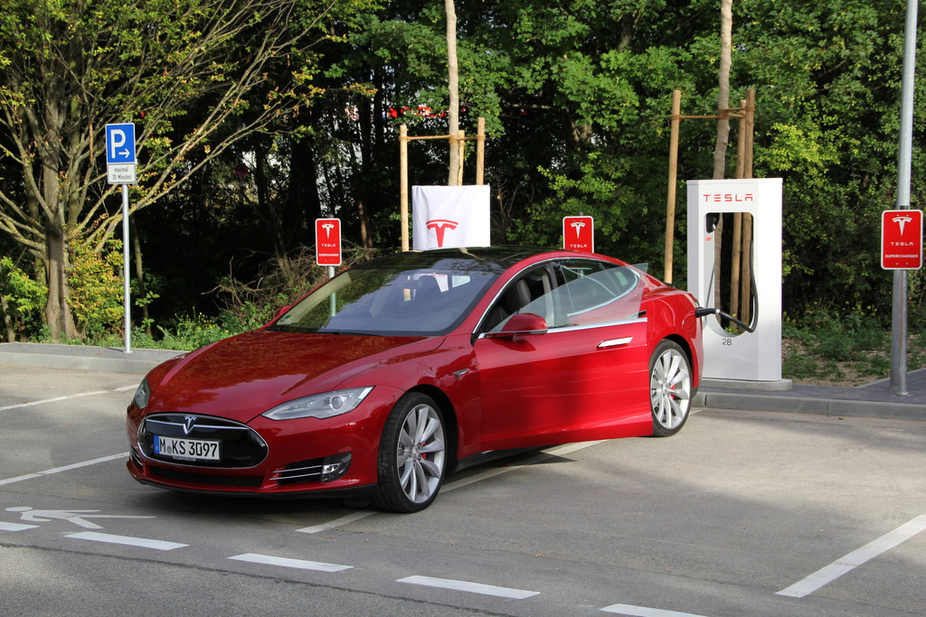 Tesla Model S 85 Performance in rot beim Strom Laden