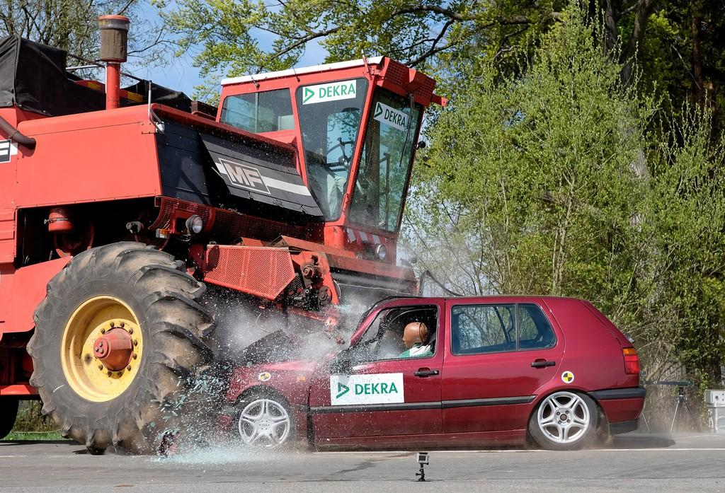 Crashtest Mähdrescher Unfall mit einem VW Golf 3