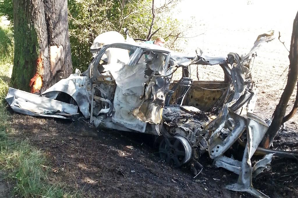 Der Ford Focus brennt nach Unfall völlig aus