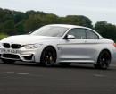 Silberner BMW M4 Cabriolet Baujahr 2014 bei der Fahrt