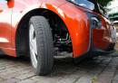 Die schmalen Reifen des Elektroautos BMW i3