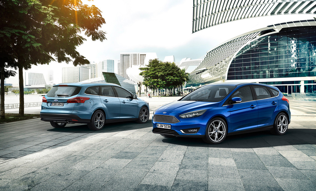 Ford Focus Facelift 2015 als Limousine in Blau und als Kombi