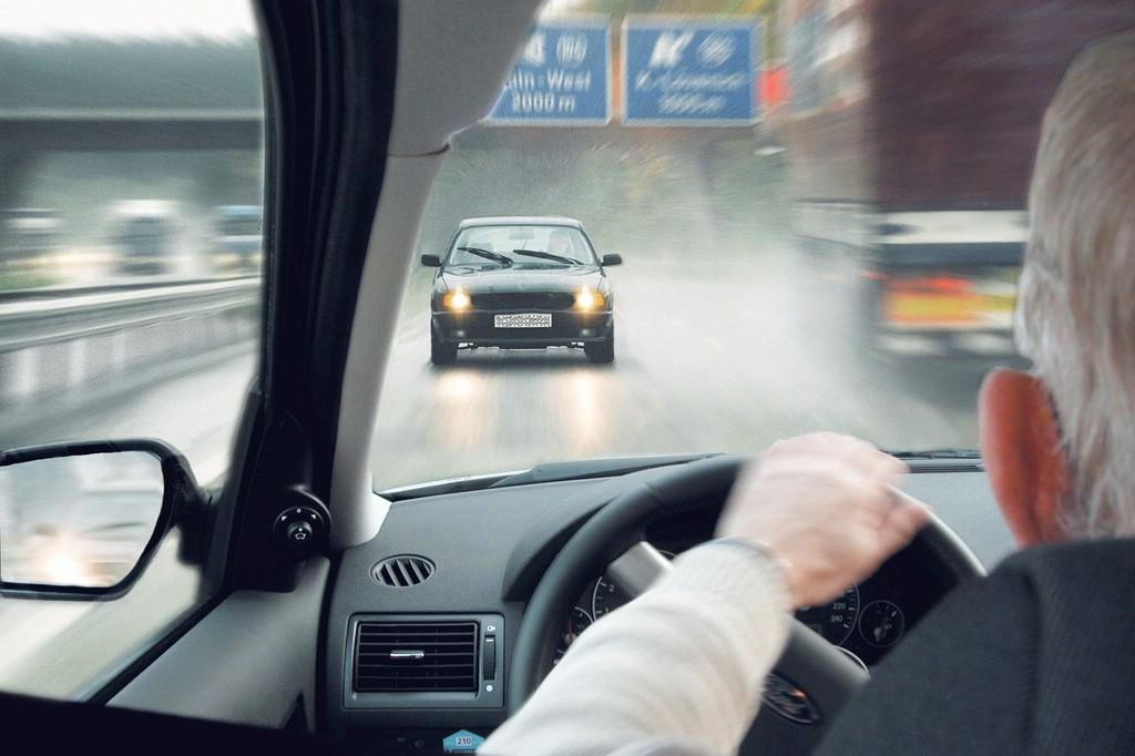 Geisterfahrer auf der Autobahn fährt falsch rum