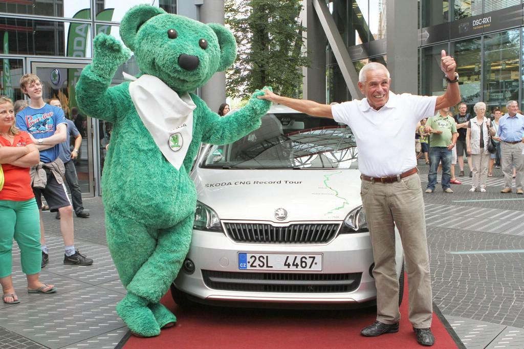 Kilometerfresser Gerhard Plattner und der ausgelobte Škoda Citigo.