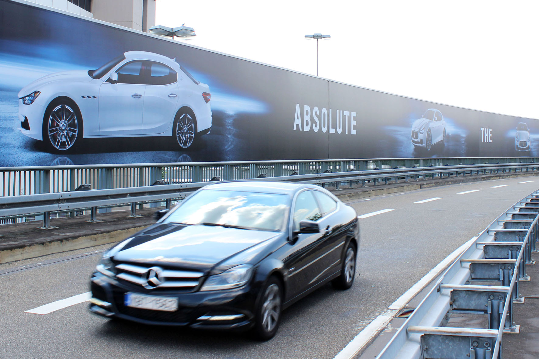 200 Meter langes Ghibli Werbebanner am Frankfurter Flughafen.