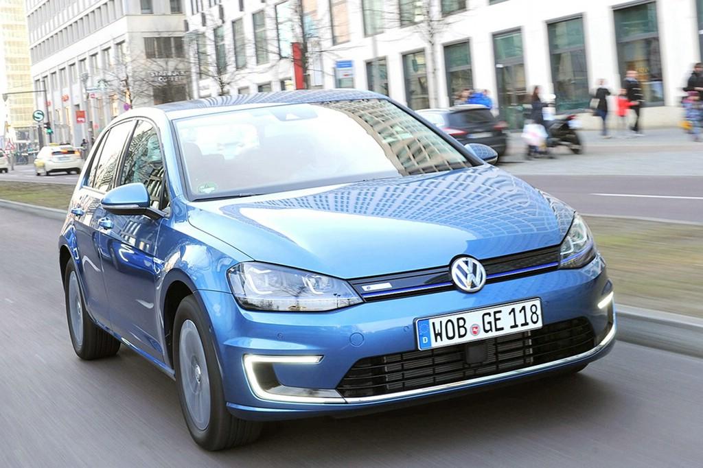 Volkswagen Golf der siebten Generation in Hellblau fahraufnahme