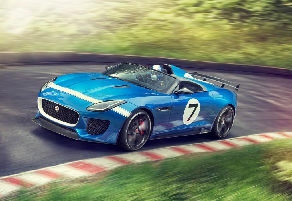 Blauer Jaguar F-Type Project 7 fährt auf der Rennstrecke