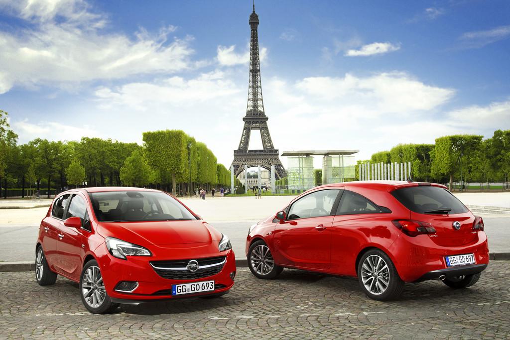 Roter Opel Corsa E in der Front und Heckansicht