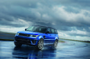 Fahraufnahme von dem Range Rover Sport SVR bei Nässe