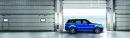 Blauer Range Rover Sport in der Seitenansicht SVR