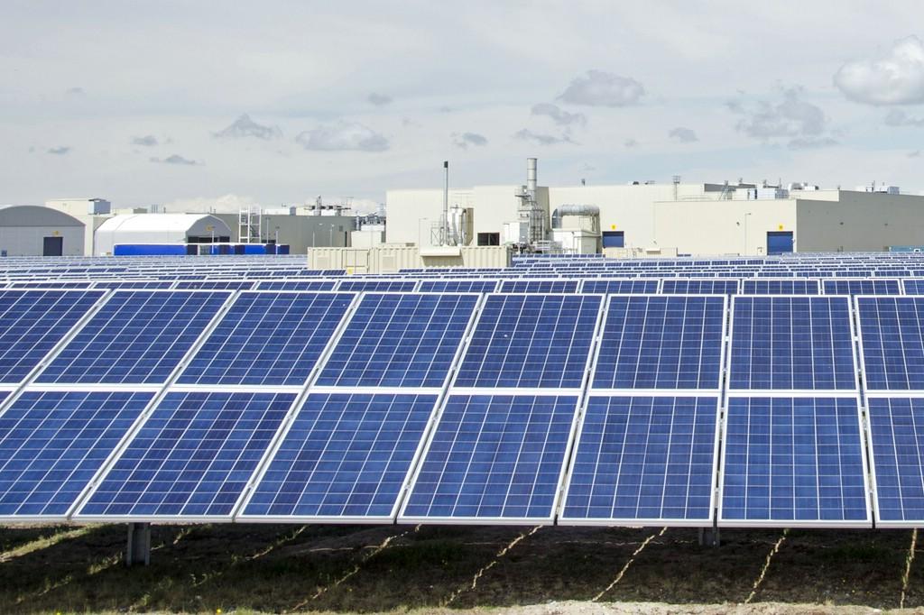 Auf dem walisischen Toyota-Werk Deeside sparen 13.000 Solarzellen jährlich 1800 Tonnen CO2.