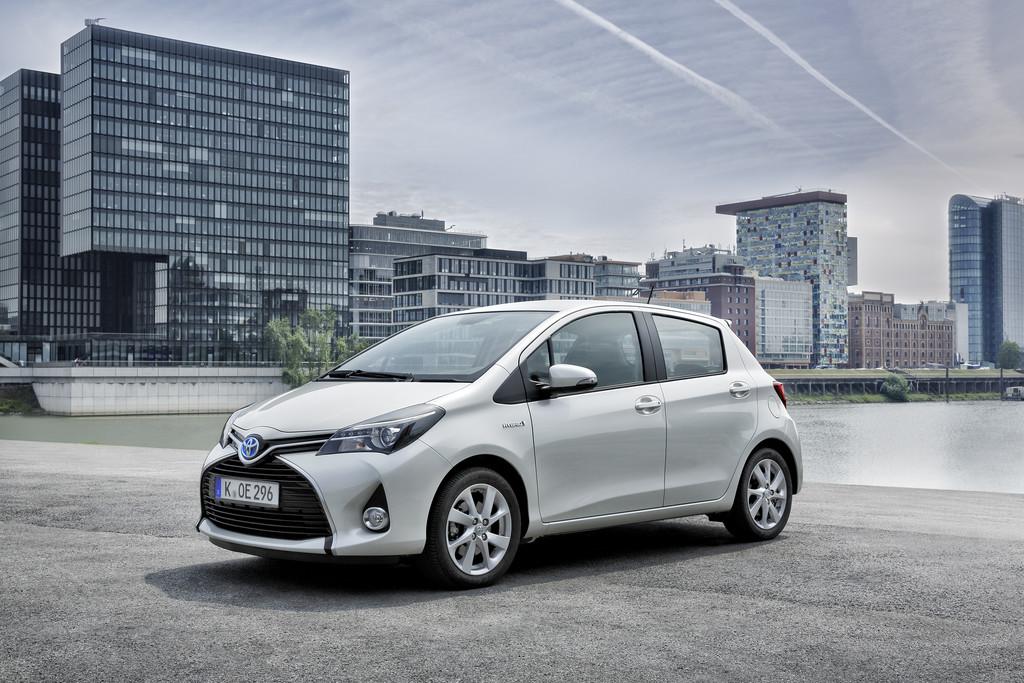 Der fecegeliftete Toyota Yaris in weiß Metallic