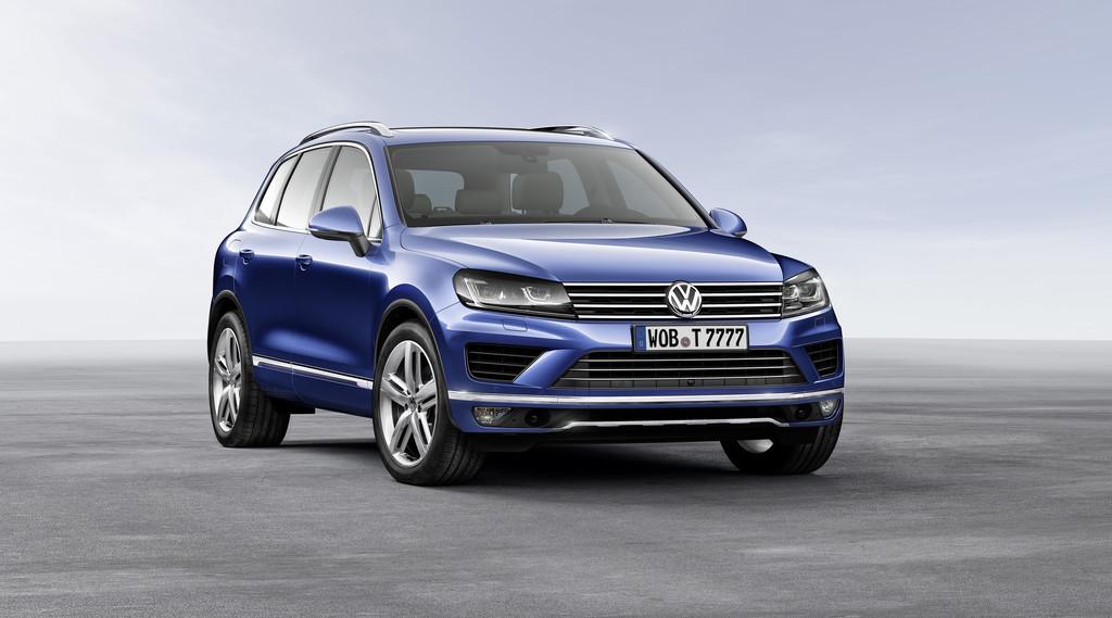 Dunkelblauer VW Touareg V6 TDI Facelift 2015 in der Frontansicht