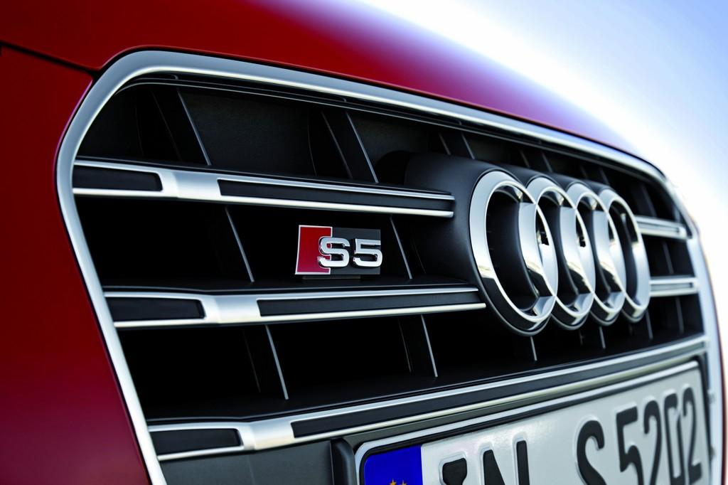 Der Grill eines roten Audi S5