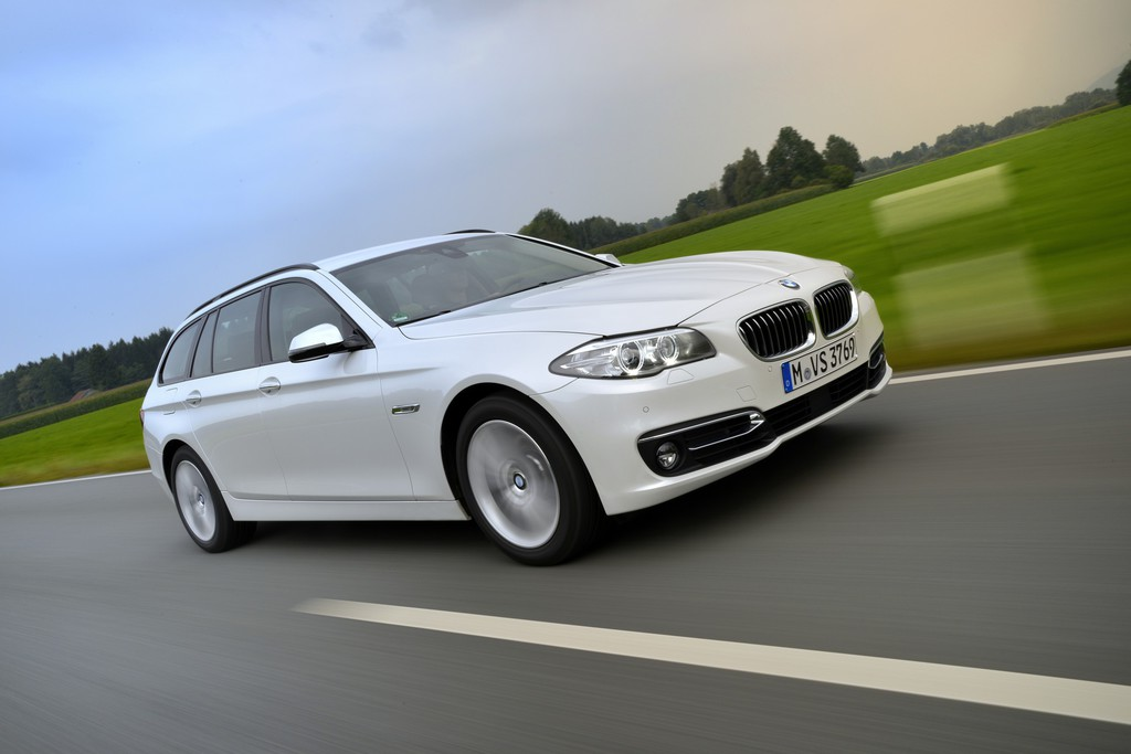 2014er BMW 520d Touring in weiß fahraufnahme