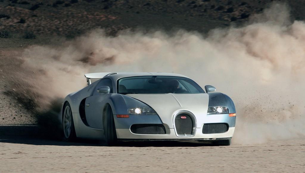Bugatti Veyron Supersportwagen in der Wüste