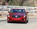 Cadillac ATS Coupé in der Außenfarbe rot in der Frontansicht