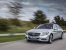 Fahraufnahme von einem silbernen Mercedes-Benz S 500 Plug-in-Hybrid