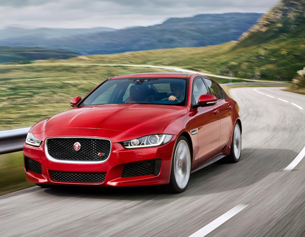Jaguar XE Sportlimousine beim Fahrt
