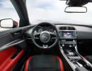 Das Jaguar XE Cockpit in den Farben rot und schwarz