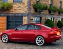 Roter Jaguar XE in der Seitenansicht
