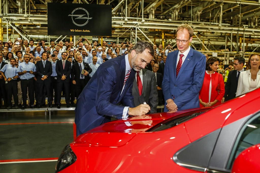 Zum Bandablauf des ersten Mokka war auch der spanische König Felipe VI (li) gekommen, der das Fahrzeug signierte.