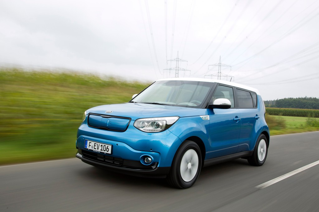 Fahraufnahme des Elektroautos Kia Soul EV in blau