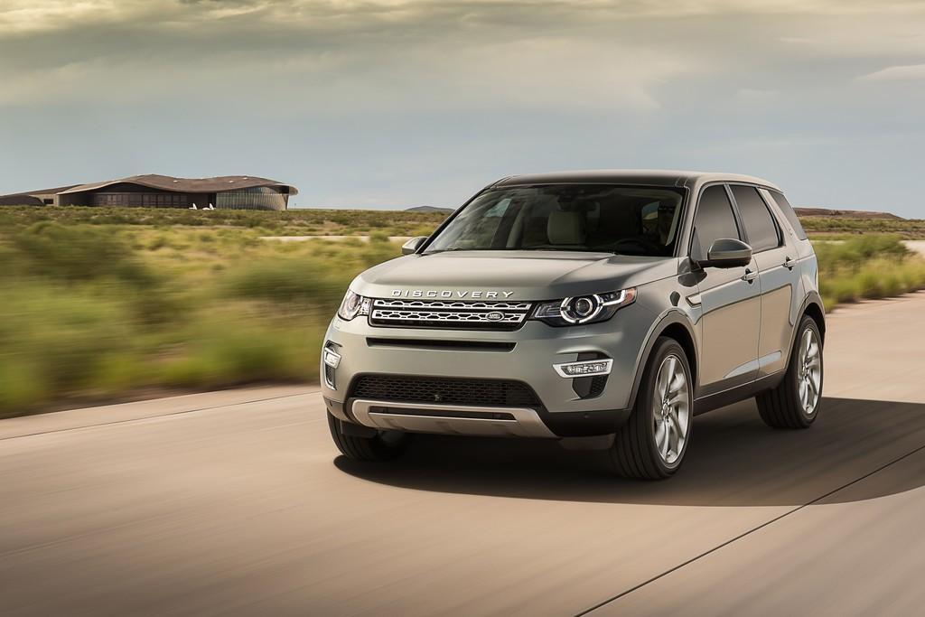 Fotoaufnahme von einem Land Rover Discovery Sport 2015 während der Fahrt