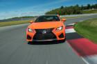 Der Kühlergrill eines orangenen Lexus RC F