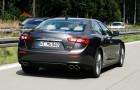 Fahraufnahme von einem Maserati Ghibli Diesel, aufgenommen von hinten