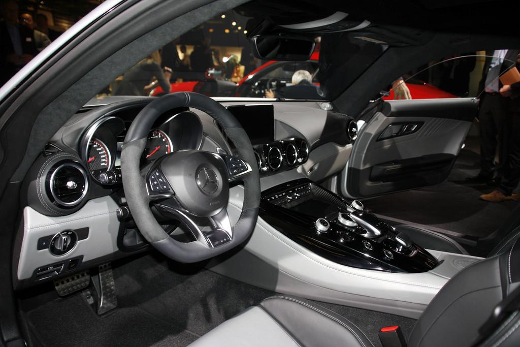 Die Sitze das Lenkrad und die Mittelkonsole des Mercedes-Benz AMG GT