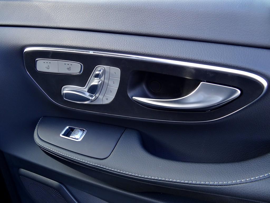 Einstellung der Sitze des Mercedes-Benz V220 CDI